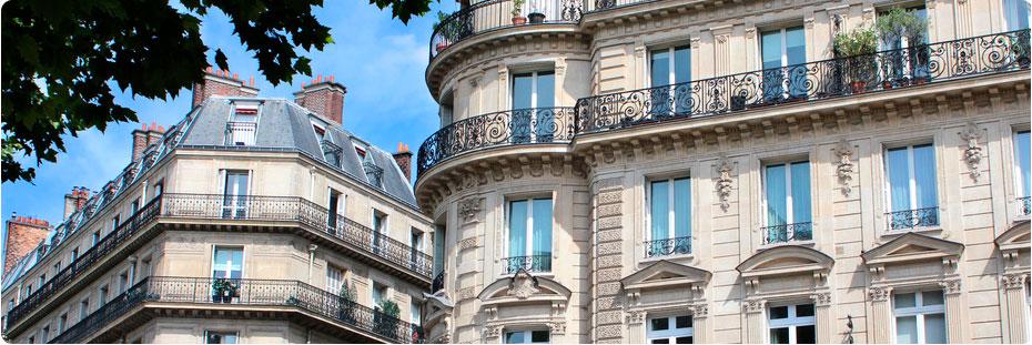 A Paris, ensemble d'immeuble à façades haussmanniennes.