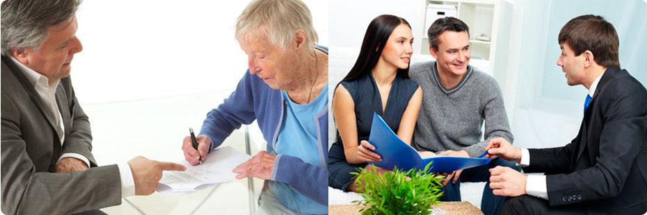 Personne âgée signant un contrat de viager. Un jeune couple étudiant le dossier.