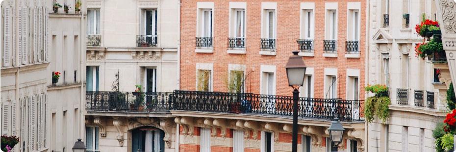 Gros plan sur une façade d'immeuble en briques rouges à Paris.