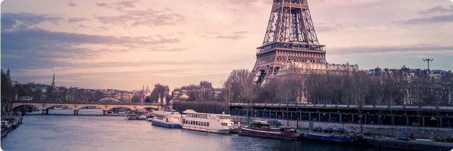 Coucher de soleil sur Paris, la Seine et la Tour Eiffel.