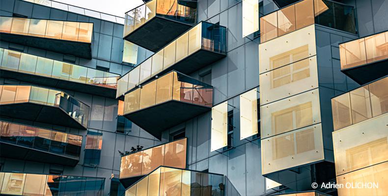 Balcon et terrasse sur façade d'immeuble moderne
