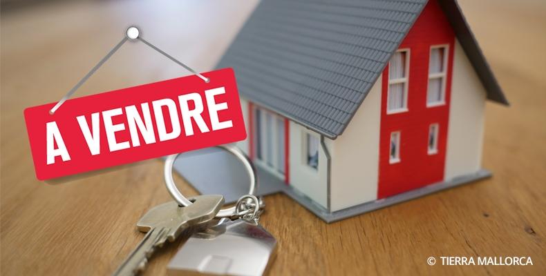 Maquette de maison avec clé et panneau à vendre