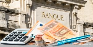 Billets euros et façade de la banque de France